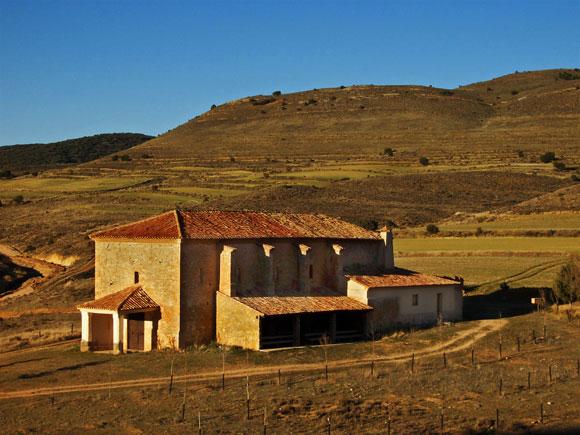 La romería a la Virgen del Castillo se complementa con misa baturra y teatro